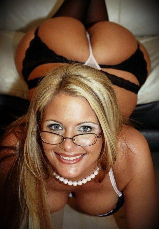Mature et femme à lunette cette cougar en string