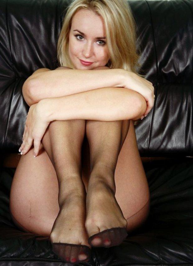 Une belle femme cougar dans son canapé