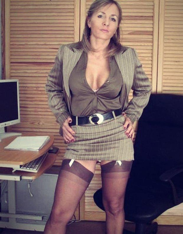 Belle mature au bureau : une secrétaire cougar