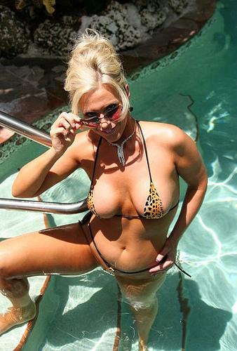 La cougar est nue sous le soleil