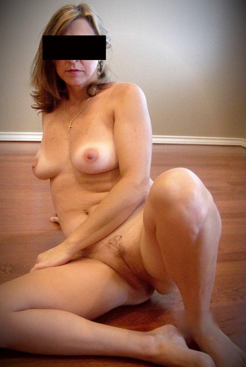 Dans les bras d'une jolie cougar nue