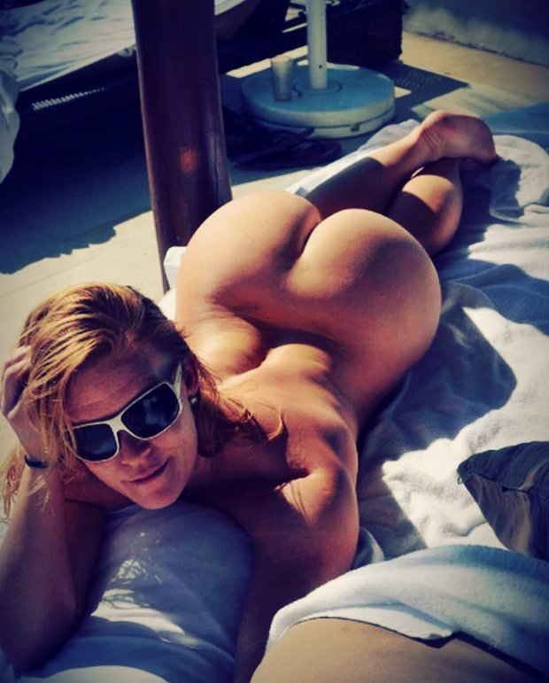 Une belle cougar nue sous le soleil