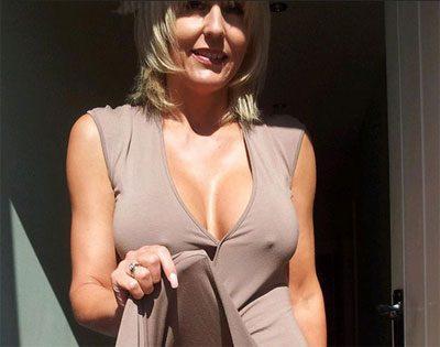 Dans les gros seins d'une femme mature