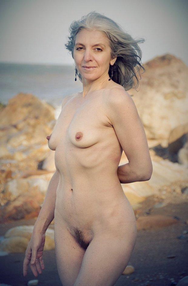 Les petites seins de la maman nue