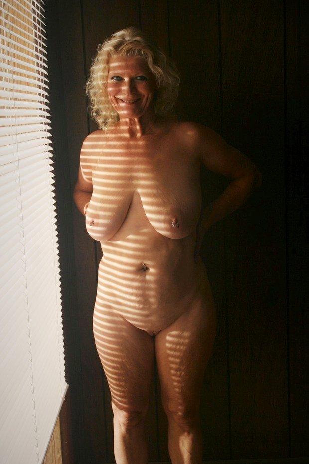 Les gros seins de la belle cougar nue