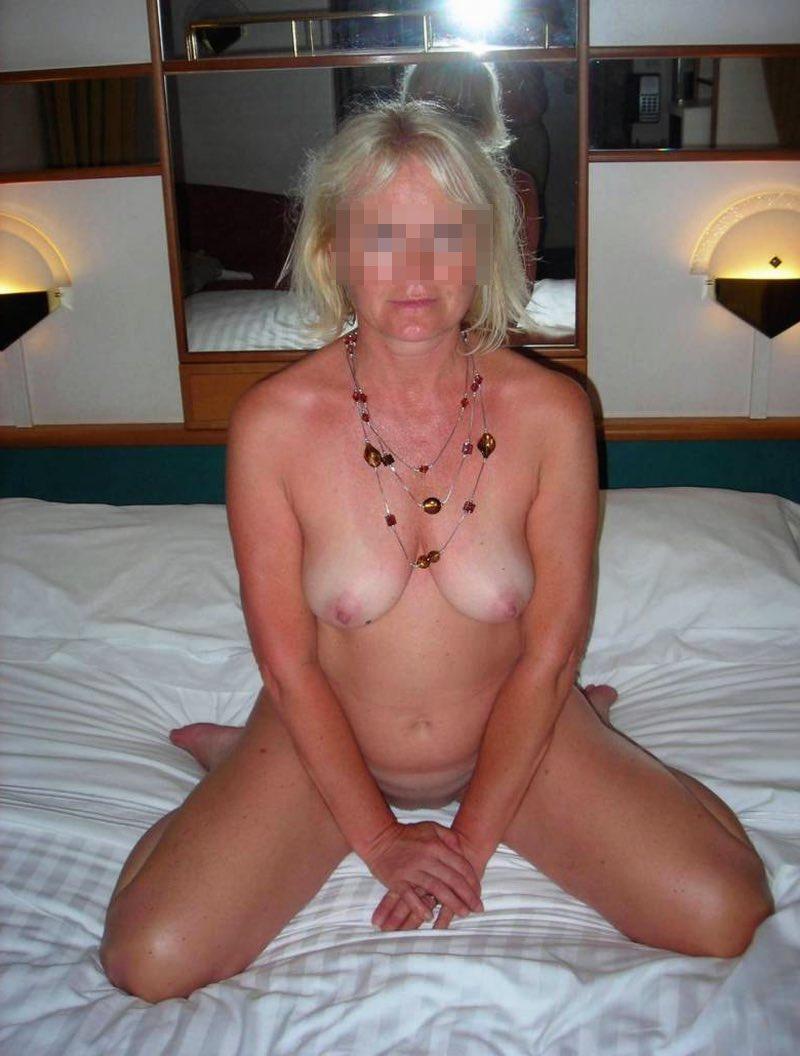 Le beau cul d'une femme mature au club cougar